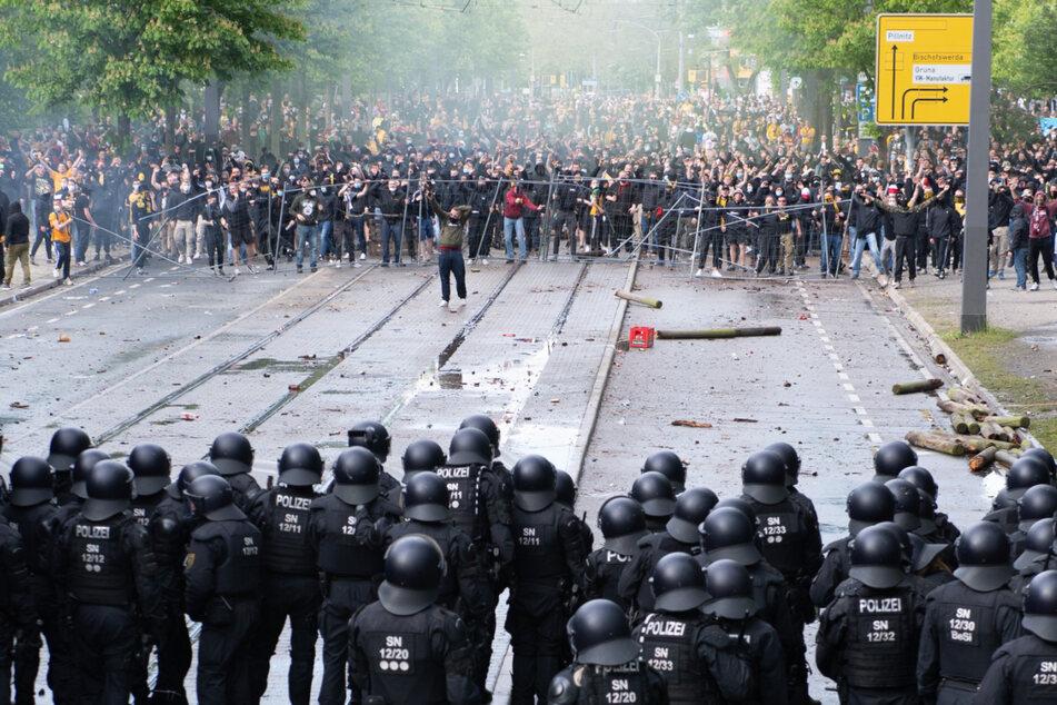 Nach dem Aufstiegs-Spiel lieferten sich einige Hooligans eine wilde Straßenschlacht mit der Polizei.