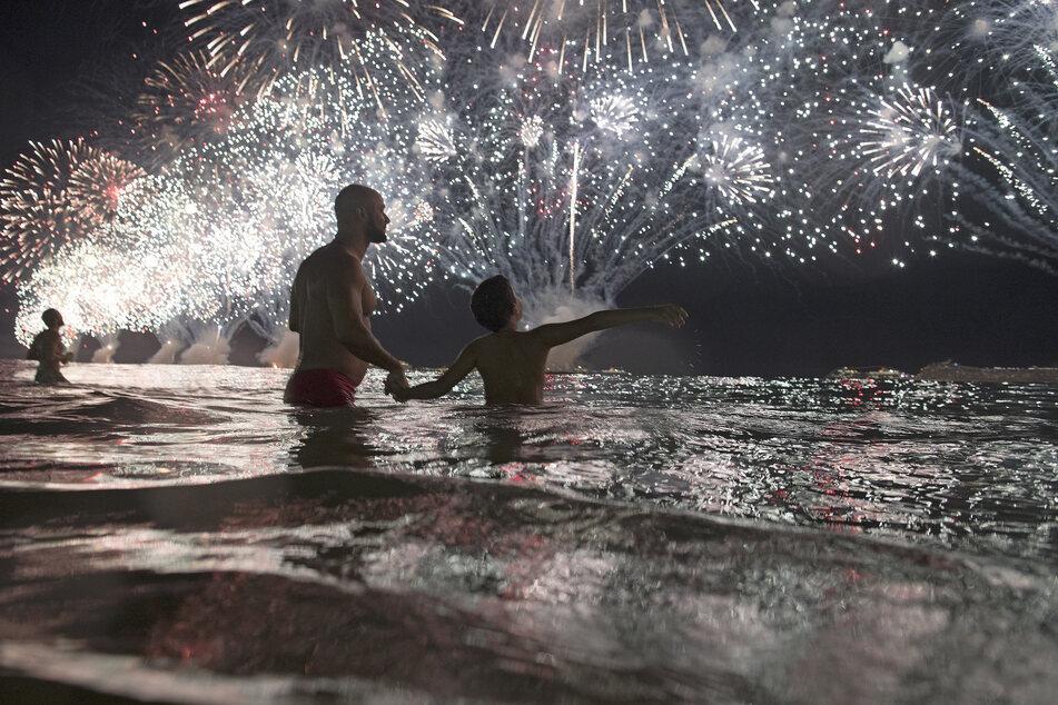 Rio De Janeiro: Menschen beobachten am Strand von Copacabana das Silvester-Feuerwerk zum Jahreswechsel 2018. (Archivbild)