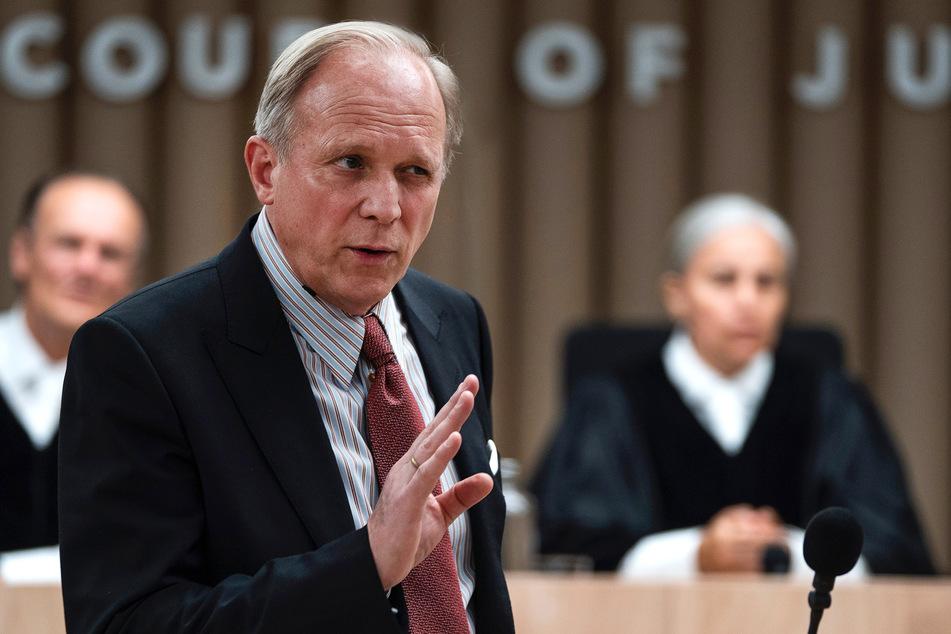 Gegenspieler der Frauen beim Prozess ist Ulrich Tukur (63).