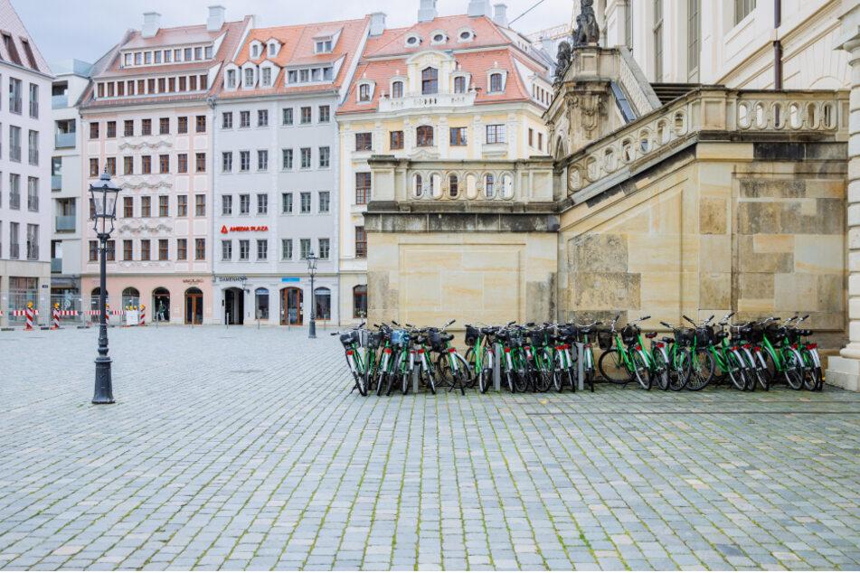 Menschenleer der Dresdner Neumarkt. Nur ein paar Leihfahrräder sind zu sehen.