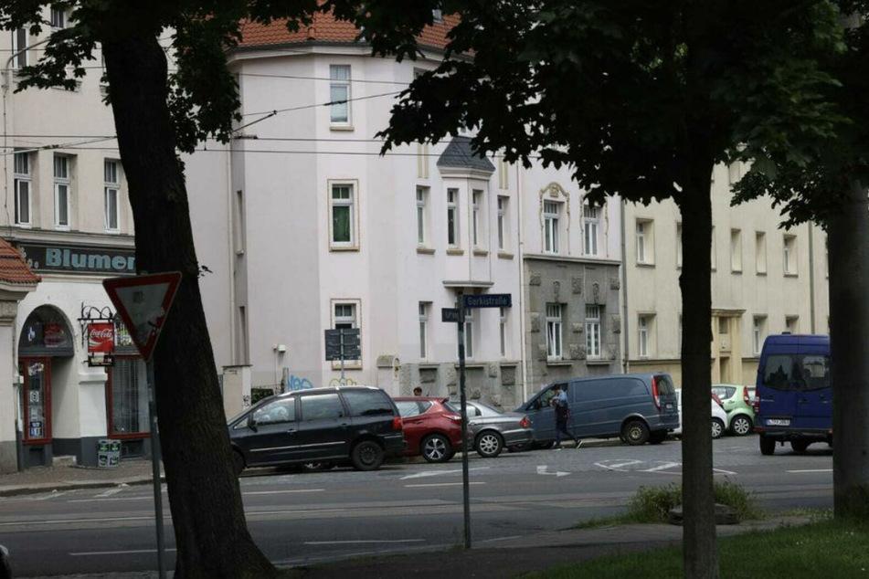 Die Polizei hatte am Mittwoch in der Schmidt-Rühl-Straße Anwohner befragt, um die Hintergründe zum Tod des 43-jährigen Hundebesitzers zu erfahren.