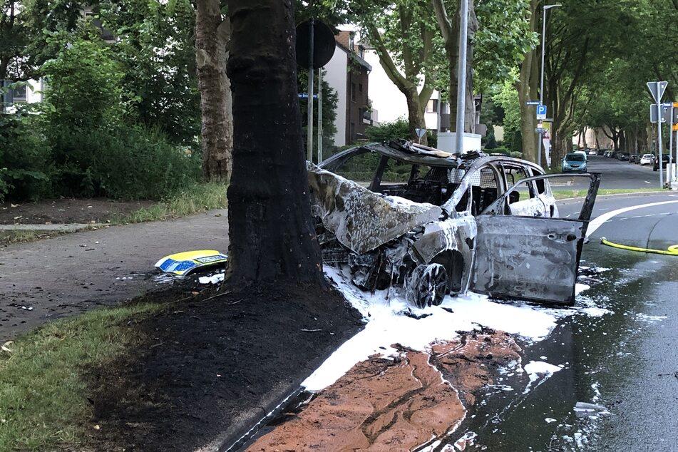 Der Polizeiwagen brannte nach dem Unfall lichterloh, zum Glück überlebten seine beiden Insassen den Crash.