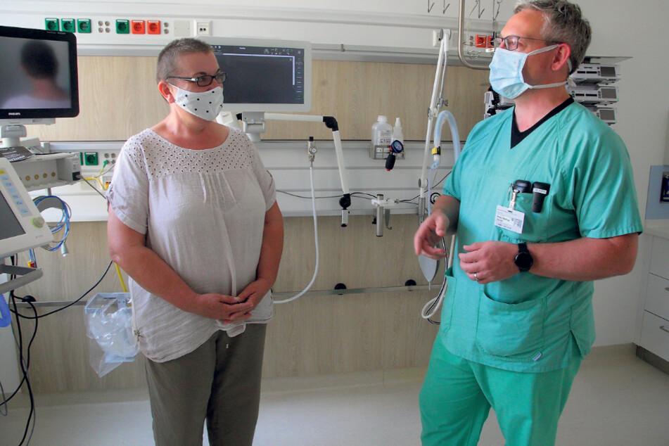 Wurde deutschlandweit als erste Patientin mit Remdesivir behandelt: Jenny Fischer (53) mit ihrem behandelnden Arzt Prof. Dr. Peter Spieth (42).