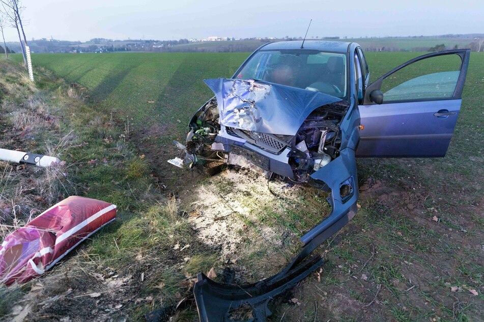 Ford kracht frontal gegen Baum und schleudert auf Feld