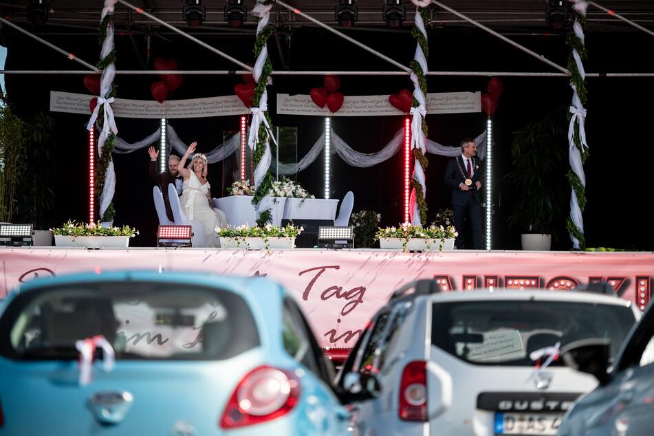 Corona macht es möglich: Paare heiraten im Autokino