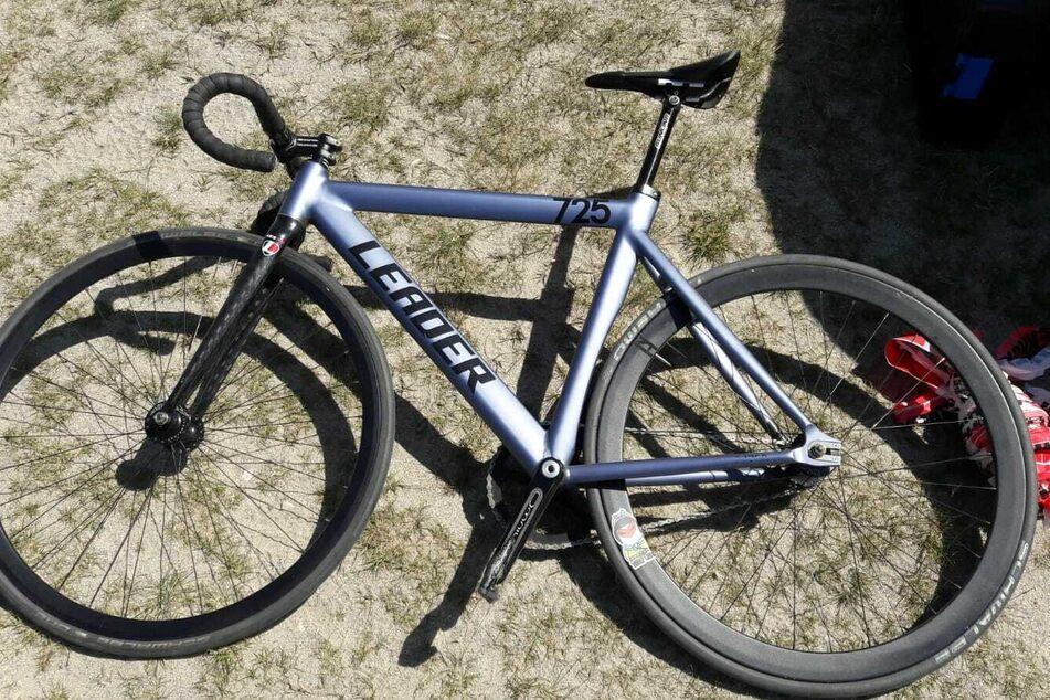 Dieses herrenlose Fahrrad wurde am Strand gefunden.