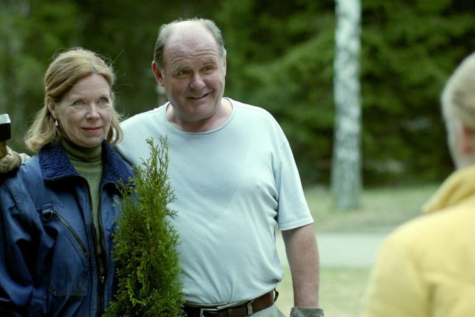 In Stainbach angekommen, lernt Mona (r., Gro Swantje Kohlhof) die Hotel-Besitzer Otto (August Schmölzer) und Lore (Marion Kracht) kennen.