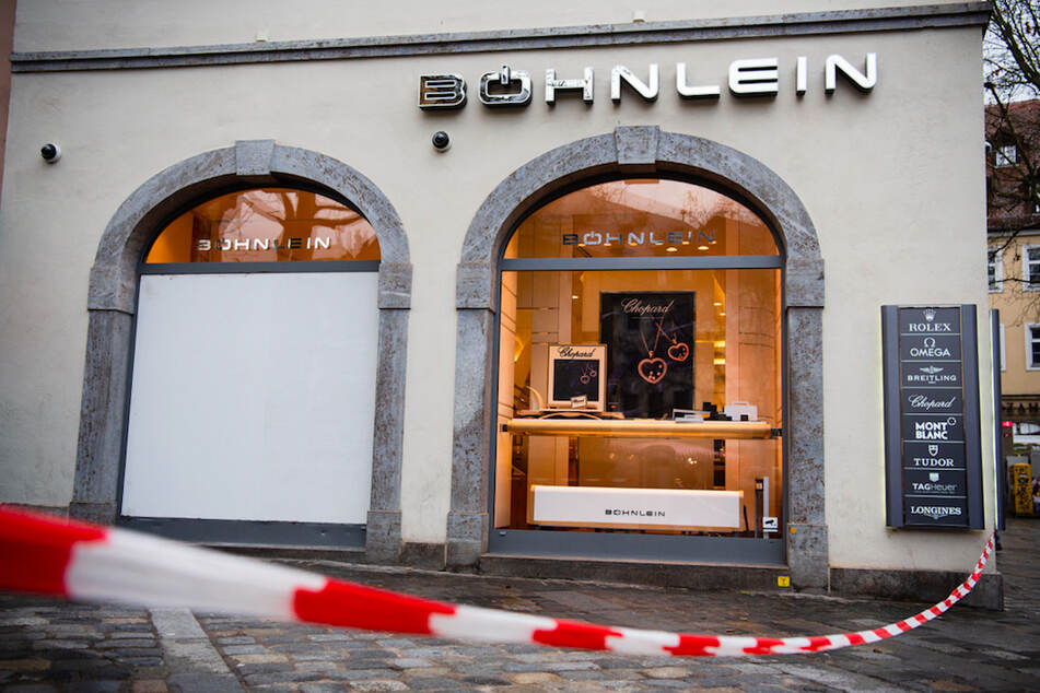 Mit weiß-rotem Flatterband ist der Bereich vor dem Juweliergeschäft in Bamberg abgesperrt. Mehrfach verschafften sich hier Diebe mit einem Auto als Rammbock Zutritt.