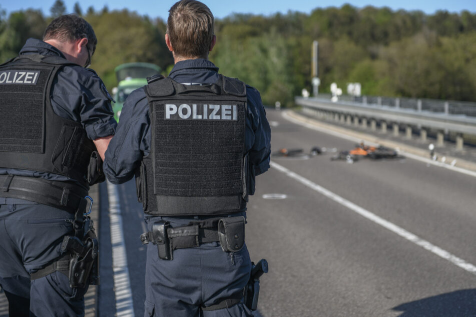 Die Polizisten nehmen den Unfall auf.