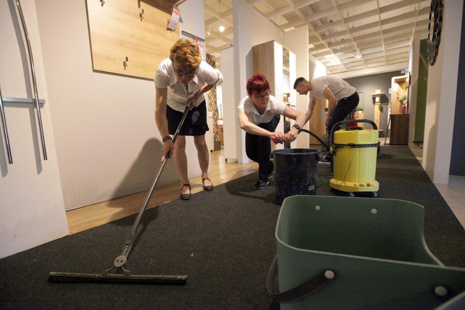 Zusammen mit der Feuerwehr beseitigten die Mitarbeiter des Möbelhauses die Wasserschäden.