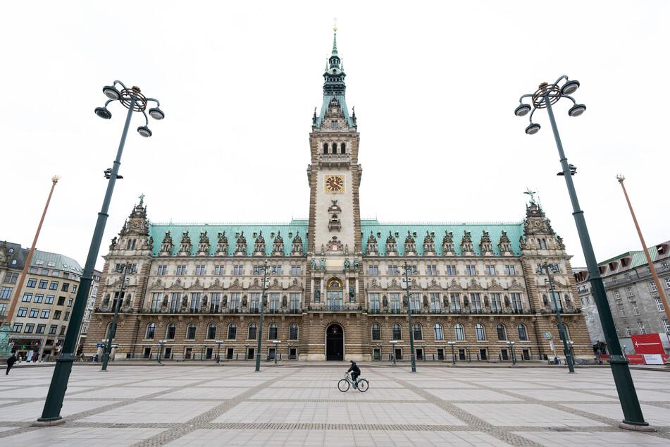 Nahezu menschenleer ist auch der Platz vor dem Rathaus.