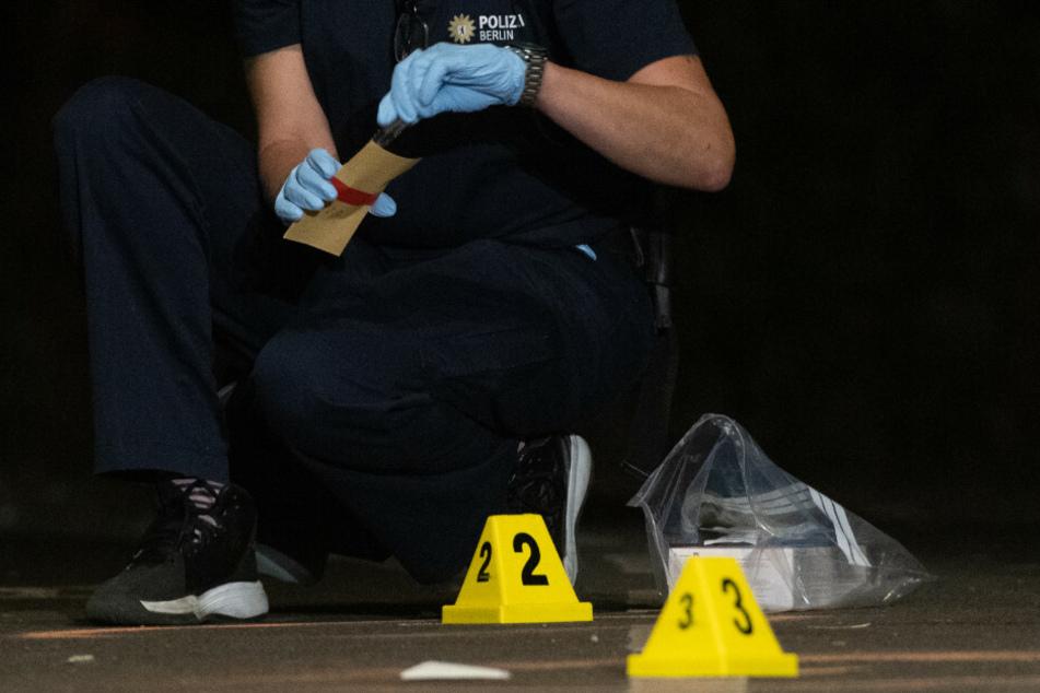Eine Kriminaltechnikerin sichert Spuren an einem Tatort. Der sich möglicherweise anbahnende Bandenkrieg zwischen einer bekannten arabischen Großfamilie und einer rivalisierenden russisch-tschetschenischen Gruppe hat am vergangenen Wochenende zu mehreren großen Gewaltausbrüchen in Berlin geführt. (Symbolfoto)