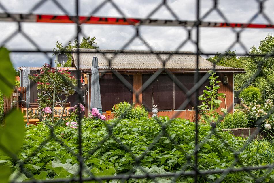 Absperrband umgibt das Grundstück in einer Kleingartenkolonie am Stadtrand von Münster mit einer Gartenlaube, von der man hier die Rückseite sieht. Die Laube ist einer der Tatorte des vermutlichen Haupttäters in einem Missbrauchsfall, in der die Ermittler u.a. Festplatten und Videokameras fanden.