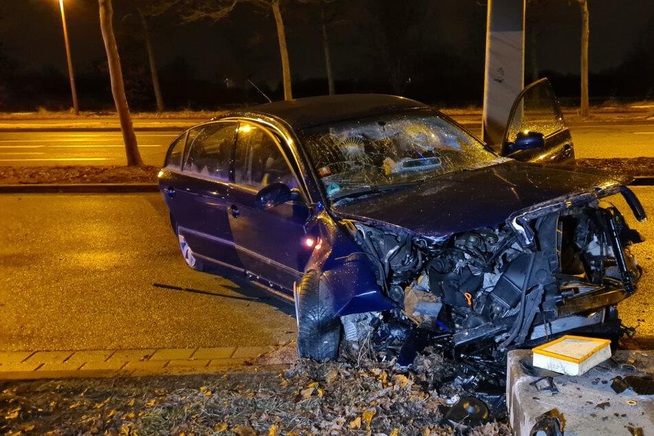 Alkoholisiert und schwer verletzt: Autofahrer in Leipzig gegen Findling gekracht