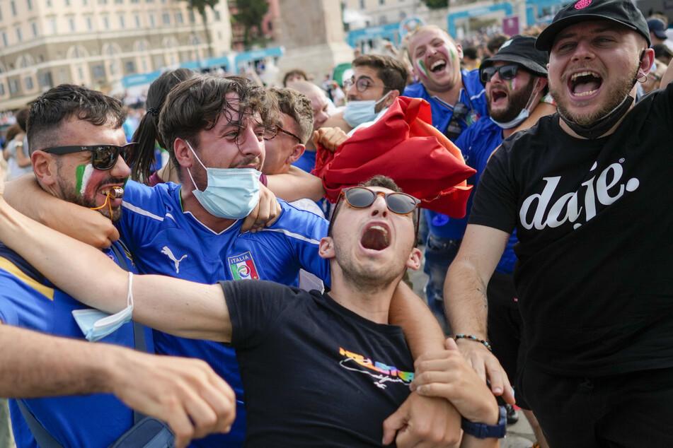 Italienische Fans verfolgen das Fußballspiel der Euro 2020 Gruppe A zwischen Italien und Wales auf einer riesigen Leinwand auf der Piazza del Popolo in Rom.