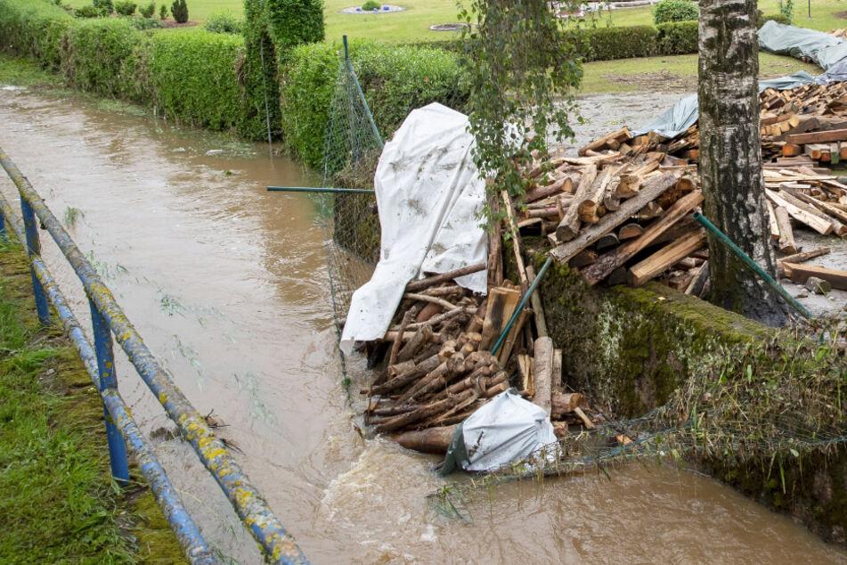Bach wird zu reißendem Strom: Flutwelle überschwemmt Ortsteil