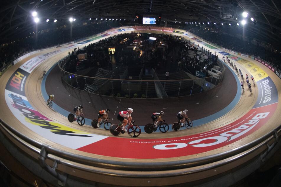 Radsportler fahren auf der Bahn am Eröffnungstag des Sechstagerennens im Velodrom.
