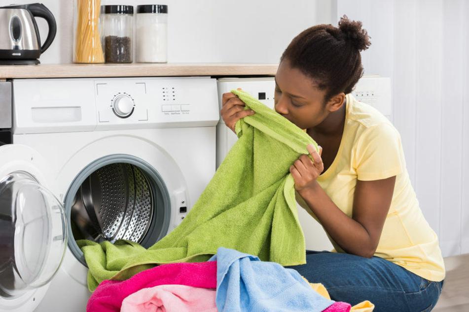 Wenn die Wäsche gar nicht frisch duftet, sollte man dringend die Waschmaschine reinigen.