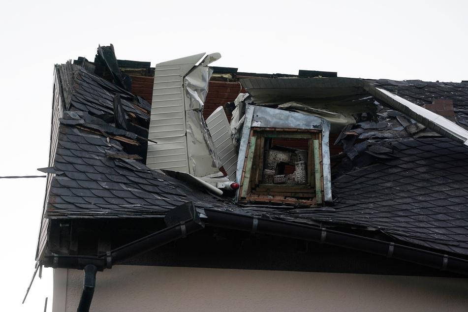 Schock für Hausbewohner: Kleinflugzeug stürzt ab und kracht in Dach