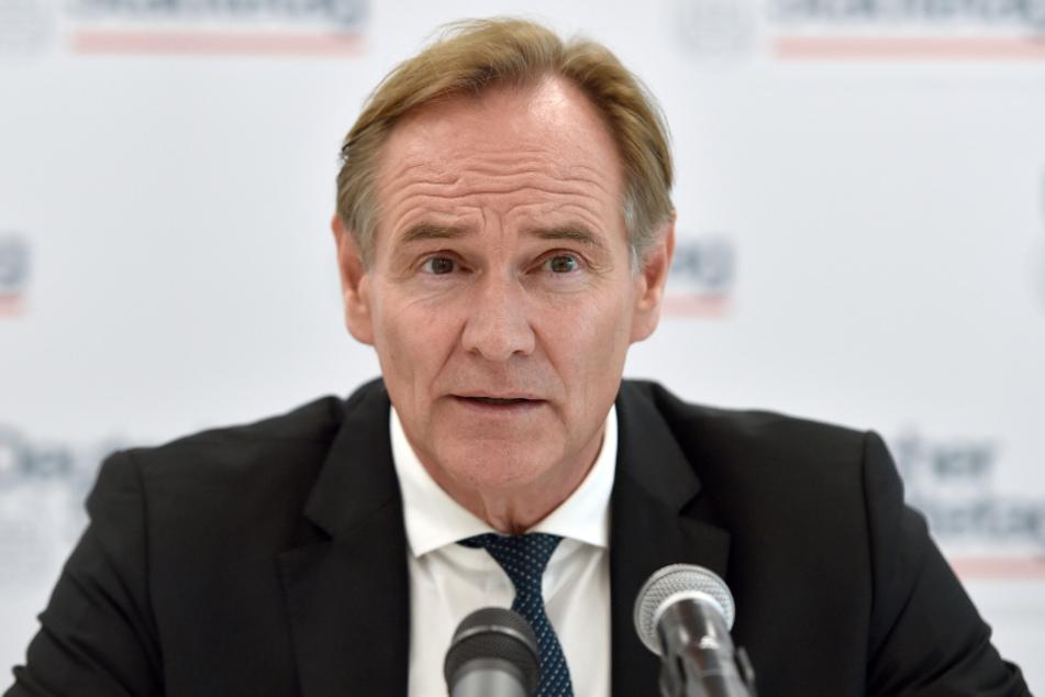 Dortmund: Burkhard Jung (SPD), Oberbürgermeister der Stadt Leipzig und Präsident des Städtetages, spricht während einer Pressekonferenz.