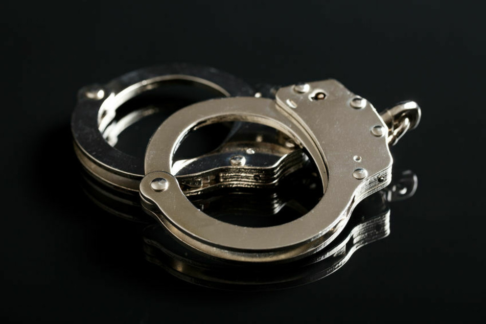 Dem Tatverdächtigen wurden Handschellen angelegt. (Symbolfoto)