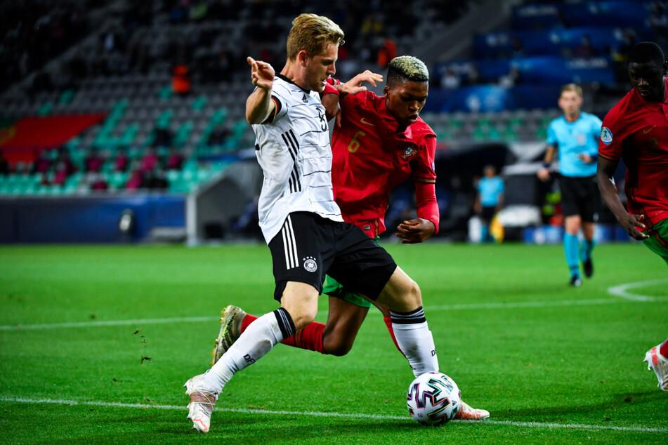Deutschlands Kapitän Arne Maier (l.) und Portugals Florentino (2.v.l.) schenkten sich in der ersten Halbzeit keinen Zentimeter. Es entwickelte sich ein packendes Endspiel, das hin und herwogte.
