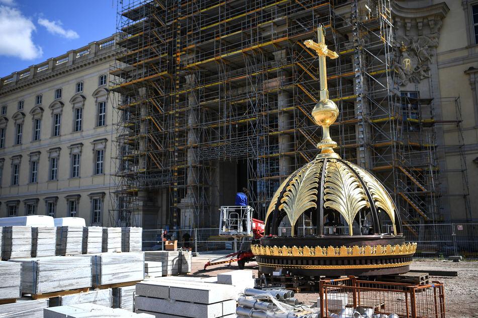 Das ursprünglich für die Rekonstruktion des Monarchen-Schlosses nicht eingeplante christliche Symbol wird heftig diskutiert.