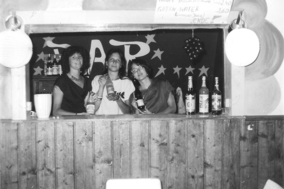 Kerstin Mähler (v.l.), Simone Wolf und Ulrike Aurich mixen Drinks, 1986.