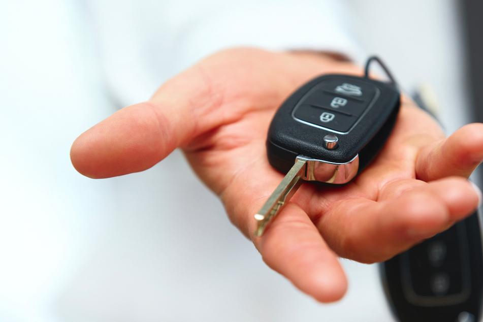 Mit gefälschtem Ausweis! Mann vereinbart Probefahrt mit VW-Transporter und kehrt nicht zurück