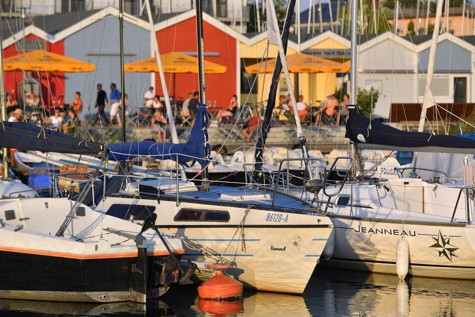 Ganz schön was los: Am Cospudener Hafen sowie am Nordufer Badestrand ist im Sommer viel Trubel.