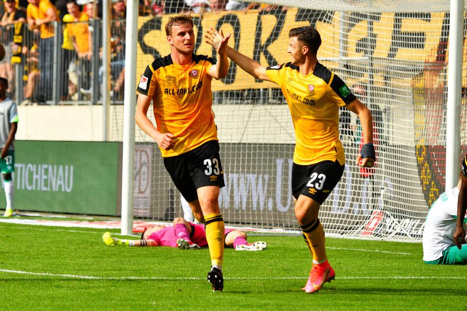 Sinnbild des Spiels: Dynamo um Christoph Daferner (v.-l.) und Antonis Aidonis (v.-r.) obenauf, Werder Bremen am Boden.