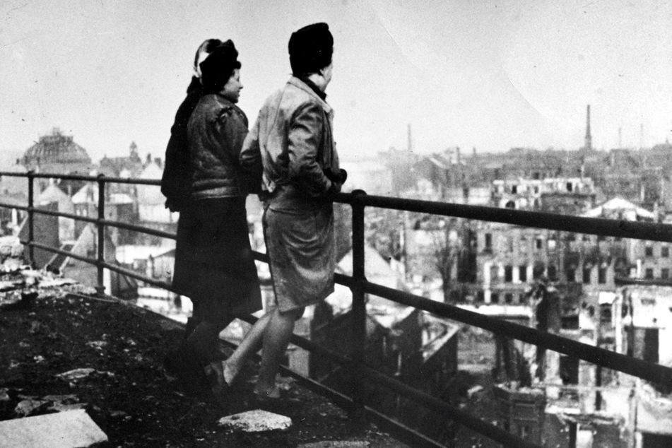 Optik 04A Chemnitz im März 1945. Zwei Frauen blicken vom Dach des Kaufhauses Schocken auf ihre zerstörte Stadt.