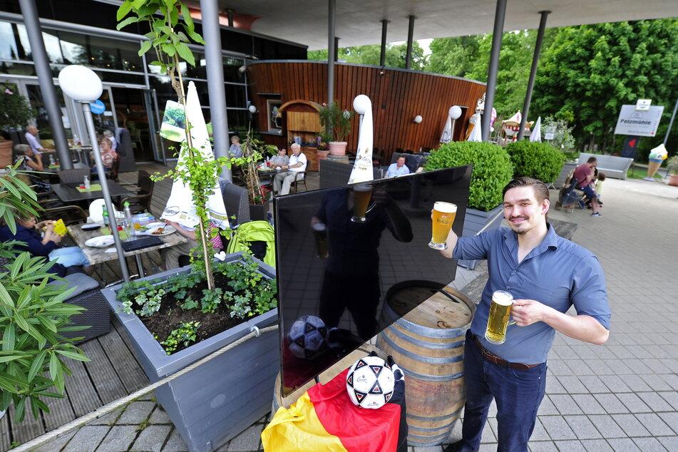 Robert Köhler (32), Restaurantleiter in der Pelzmühle, präsentiert einen extra für die EM neu angeschafften Monitor.