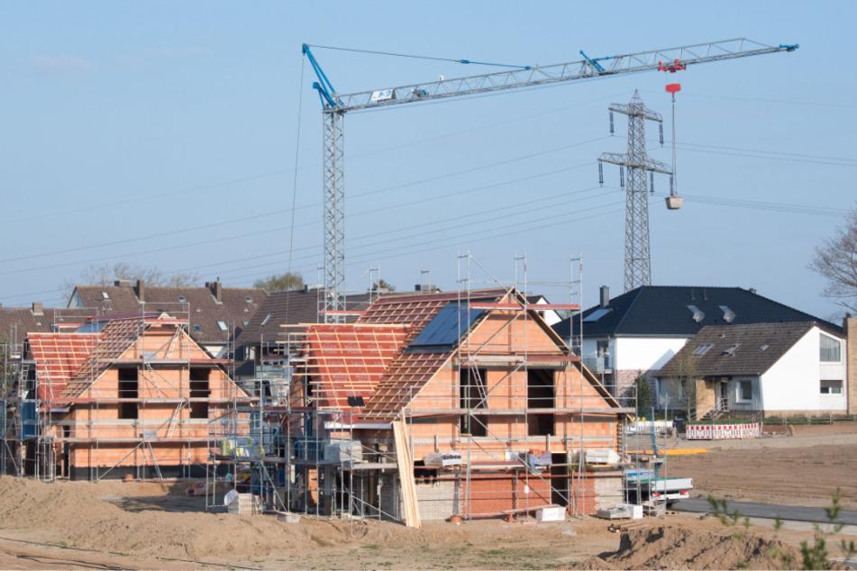 Niedersachsen: Einfamilienhäuser stehen im Rohbau in einem Neubaugebiet in der Region Hannover.