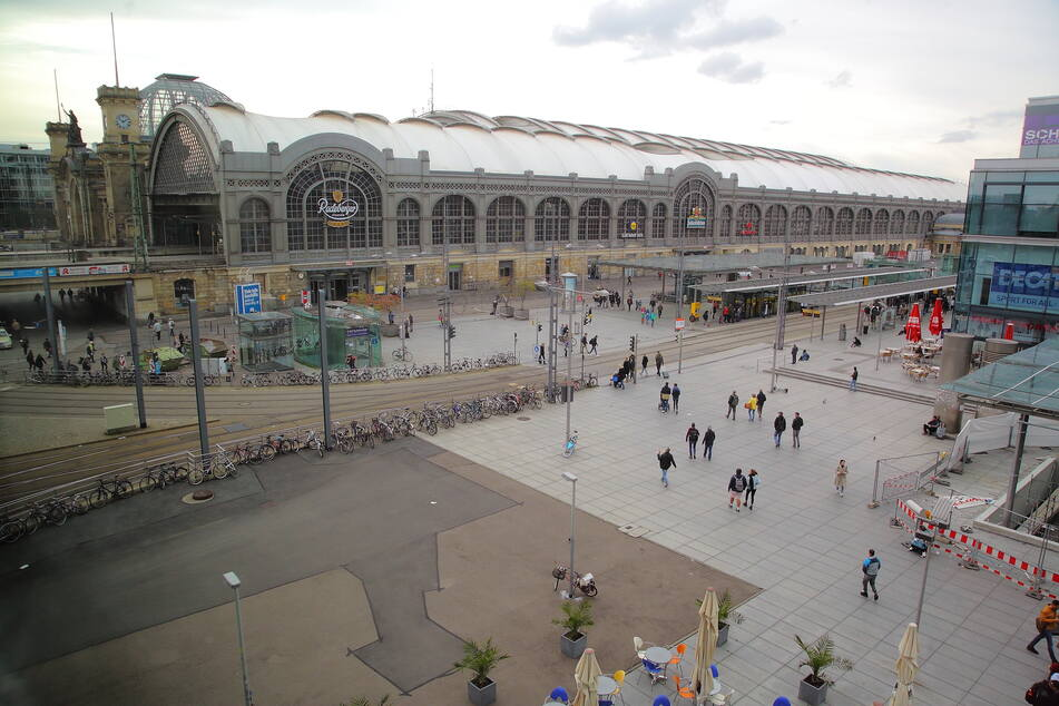 Die drei Männer stritten sich auf dem Wiener Platz in Dresden.