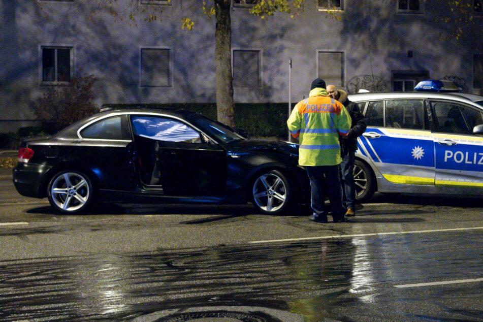 Polizisten stehen am Tag des schrecklichen Unfalls neben dem Auto des Angeklagten.