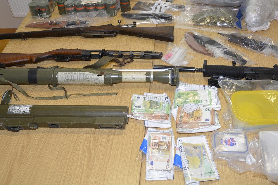 Drogen, Waffen, Diebesgut: Polizei durchsucht mehr als 20 Häuser