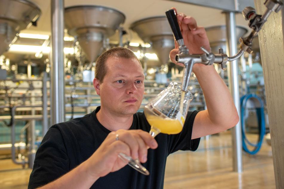 Stefan Hanke (Leiter der Versuchsbrauerei der Bitburger Braugruppe) zwickelt (füllt) eine Probe eines neuen glutenfreien Bieres aus dem Lagertank in ein Glas.