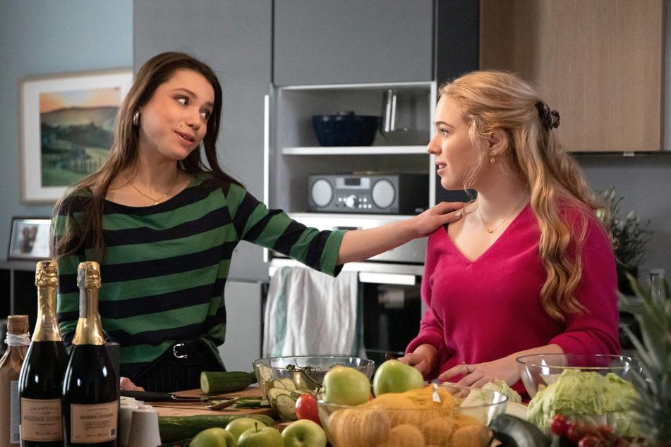 Lisa Schroth plant eine Abi-Party. Emma hilft ihr bei den Vorbereitungen.