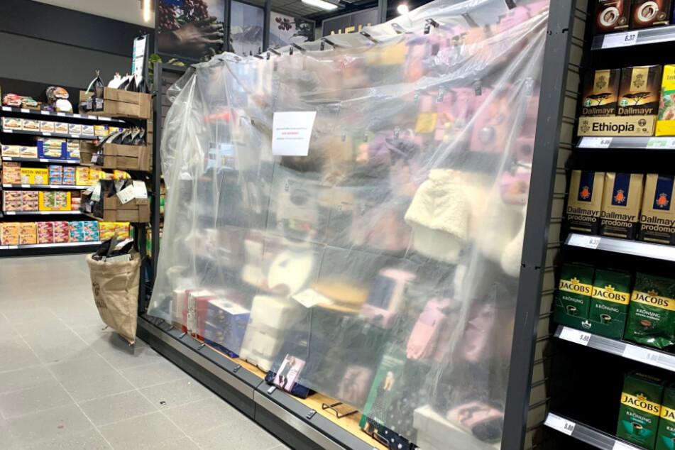 Ein Edeka-Supermarkt in Pirna: Heute darf die frisch angebrachte Verhüllung schon wieder fallen.