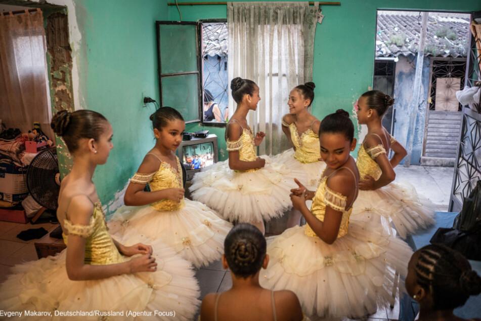 Der deutsch-russischen Fotograf Evgeny Makarov kann sich über den dritten Preis freuen. Er hat die Ballettschülerinnen von Manguinhos auf ihren Wegen durch die Favela begleitet.