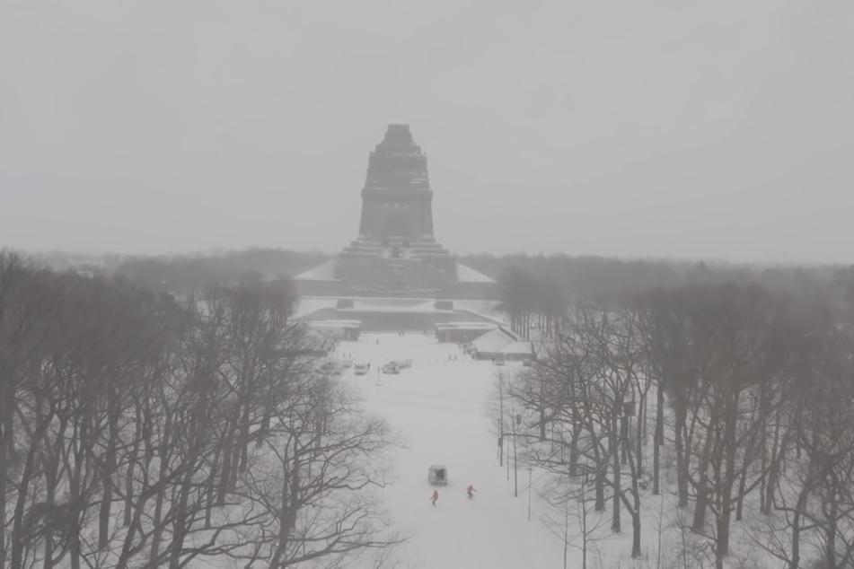 Per Drohne wurden die Snowboarder ebenfalls aufgenommen. Im Hintergrund das imposante Völkerschlachtdenkmal.