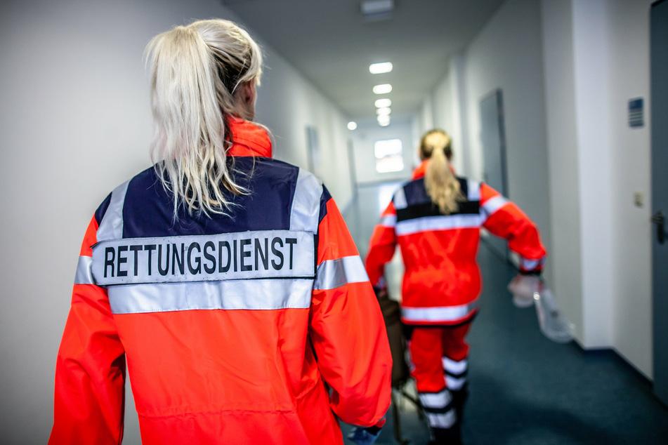 Der Rettungsdienst musste eine Arztpraxis-Mitarbeiterin befreien, die mit ihrer Hand im Gestänge eines Behandlungstisches stecken geblieben war. (Symbolbild)