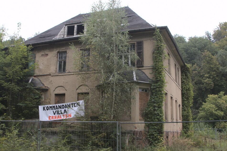 Aktivisten besetzten kurzzeitig das KZ Sachsenburg und hissten ein Banner zum Erhalt der Kommandantenvilla.