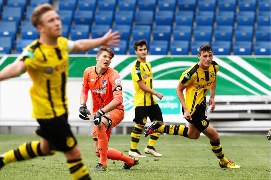 Janni Serra (23, r.) schnürte für die U19 des BVB im Meisterschaftsfinale 2016 gegen Hoffenheim einen Doppelpack. TSG-Keeper Gregor Kobel (23, 2.v.l.) hatte das Nachsehen, Serra dreht zum Jubeln mit seinem damaligen Kapitän Felix Passlack (23, l.) ab.