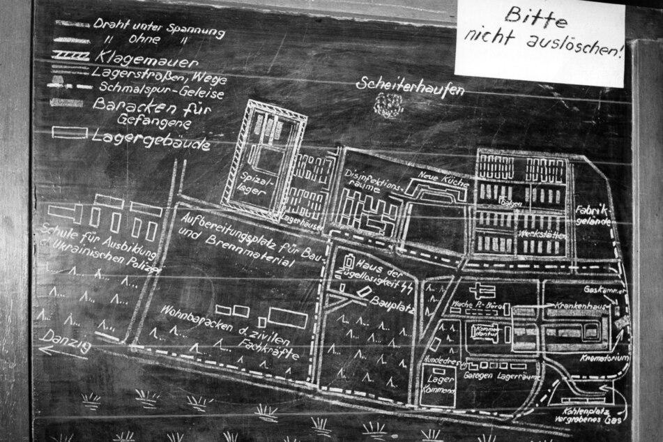 Ein mit Kreide gezeichneter Plan des Konzentrationslagers Stutthof ist im Gerichtssaal zu sehen.