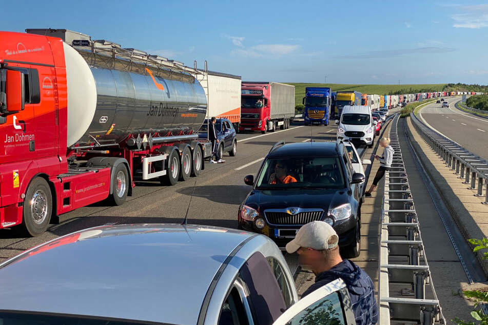 Die Beamten hatten gerade einen vorangegangenen Zusammenstoß zweier Laster und eines Autos aufgenommen, als ein dritter Lkw in die Unfallstelle fuhr. Aufgrund der Sperrung kommt es zu einem kilometerlangen Stau auf der A17 Richtung Prag.