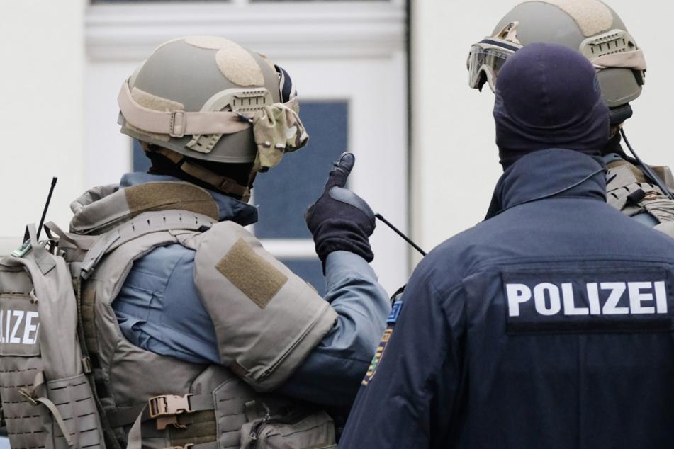 Illegaler Waffenhandel: Razzia in Reichsbürger-Szene!