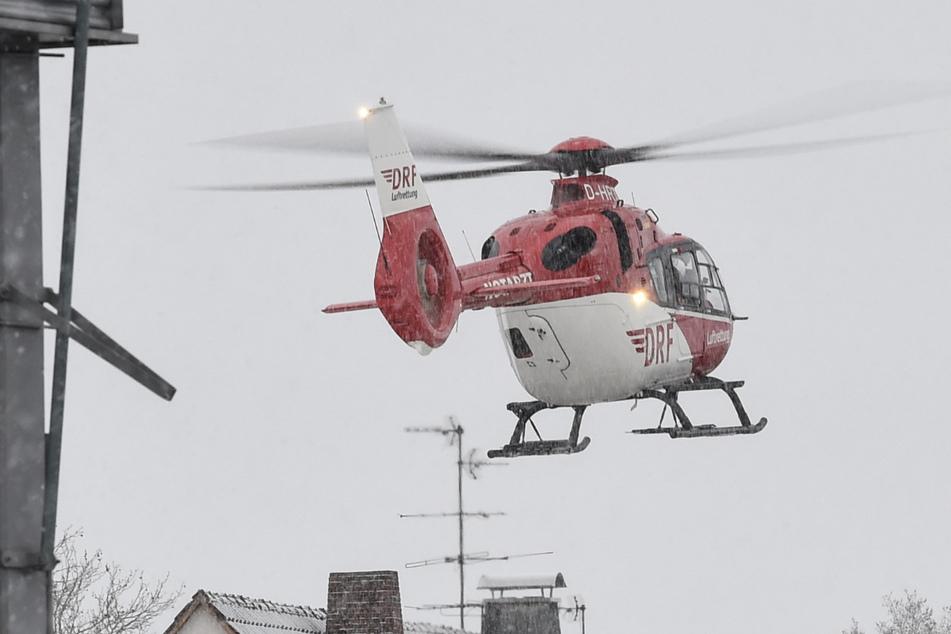 Ein Rettungshubschrauber landet in einem Wohngebiet. (Symbolbild)