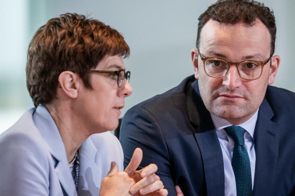 Annegret Kramp-Karrenbauer (57, CDU) spricht mit Parteikollege Jens Spahn (39, CDU) vor Beginn der Sitzung des Bundeskabinetts im Kanzleramt.